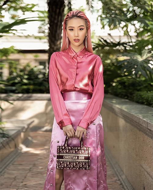 Quỳnh Anh Shyn phủ kín sắc hồng cho hình ảnh của cô từ màu của tóc cho đến áo lụa bóng, chân váy và túi Dior sang chảnh.