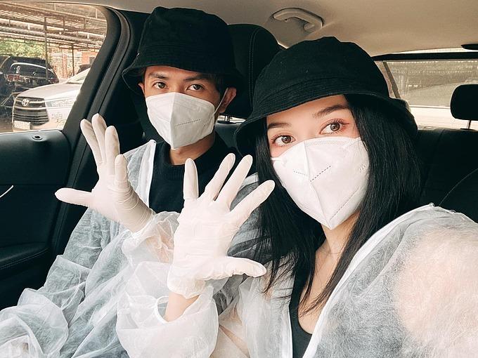 Sĩ Thanh và bạn trai đeo khẩu trang, đội mũ và mang găng tay cẩn thận ngay cả khi hẹn hò để phòng nhiễm Covid-19. Cô mong qua mau cái giai đoạn khó khăn này và nhắn nhủ mọi người cùng cố gắng, lạc quan nhé.