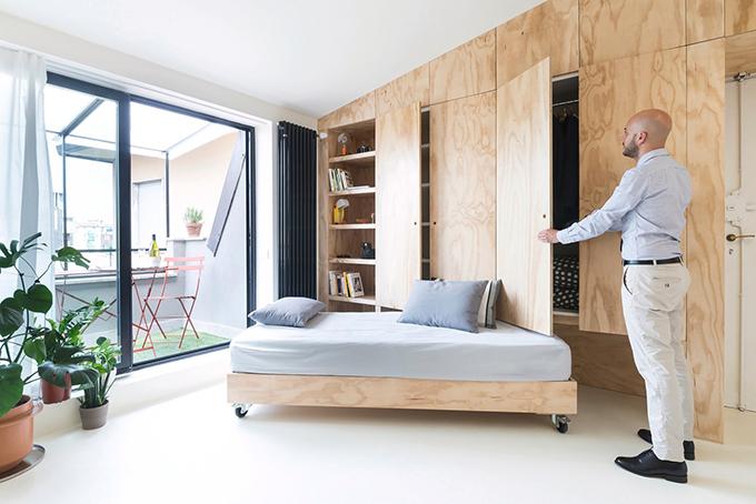 Bí mật của căn hộ nhỏ nhiều tiện nghi nằm ở tường gỗ hai mạn trái phải. Nơi đây chứa nội thất gồm giường đôi, cửa trượt của phòng tắm, nhà bếp, tủ quần áo.