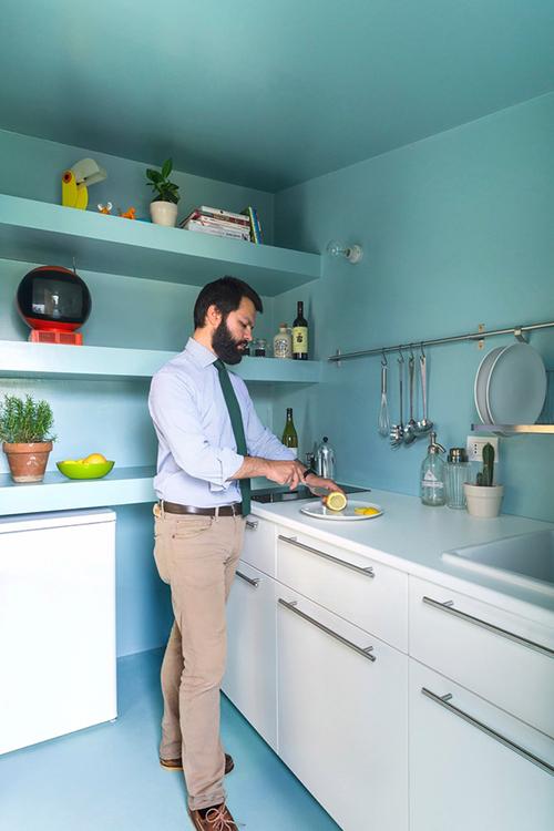 Phòng tắm và bếp mang tông màu xanh đơn sắc. Còn khu vực sinh hoạt chung mang sắc trắng để tăng cường độ sáng, làm nổi kết cấu của tường gỗ.