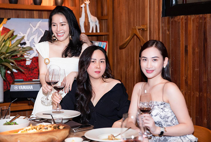 Phượng Chanel vui vẻ nâng ly cùng các khách mời trongtiệc sinh nhật một người bạn.
