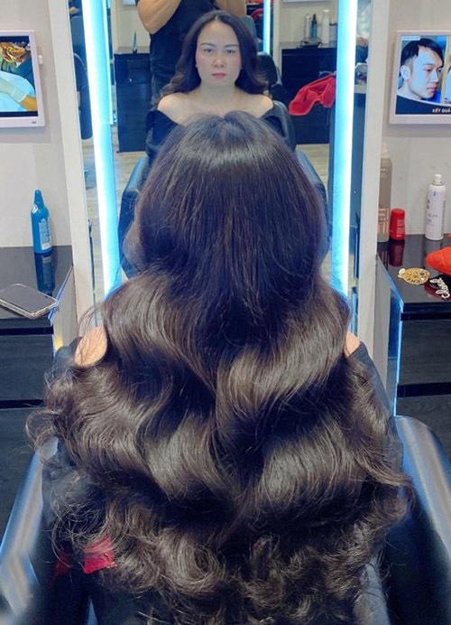 Trước đó cô tới tiệm làm tóc chăm chút dung nhan kỹ lưỡng. Kiểu tóc uốn xoăn gợn sóng của Phượng Chanel được nhiều người khen trông dịu dàng, nữ tính.
