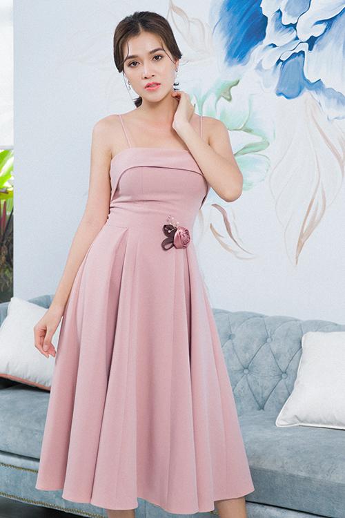 Vải lụa hồng pastel được biến hoá ấn tượng qua nhiều mẫu váy liền thân, đầm trễ vai, váy xoè phù hợp đi tiệc nhẹ và các sự kiện mùa hè.