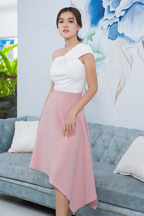 Áo bất đối xứng, áo hai dây, áo thắt nơ được chăm chút kỹ càng về phom dáng và dễ dàng kết hợp cùng các mẫu chân váy midi, chân váy bút chì.
