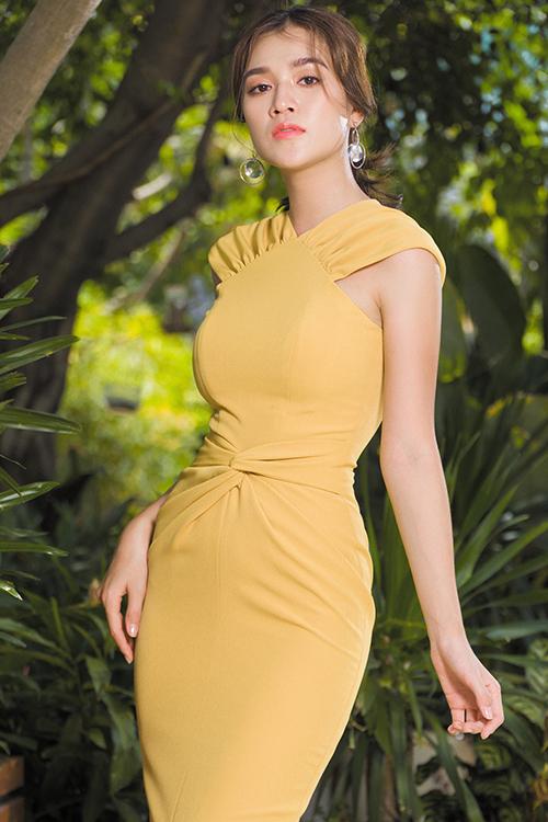 Đường xoắn vải tinh tế trên váy liền thân giúp vòng eo của phái đẹp trở nên sắc nét hơn.