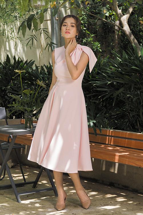 Trong bộ sưu tập chào mùa nắng, Nguyễn Hà Nhật Huy chọn lụa lạnh tạo nên nhiều mẫu váy ứng dụng cho phái đẹp công sở.
