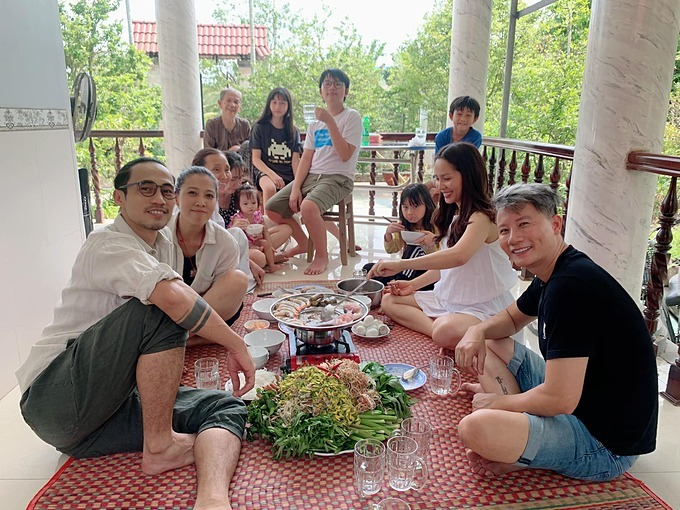 Gia đình Hoàng Bách hội ngộ vợ vợ chồng ca sĩ Phạm Anh Khoa ở Đồng Tháp.