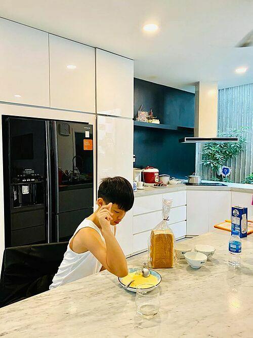 Subeo - con trai Hồ Ngọc Hà - tự làm bánh mì chiên trứng sữa kiểu Pháp đãi cả nhà ăn sáng. Thành quả được cả nhà khen ngon tuyệt.