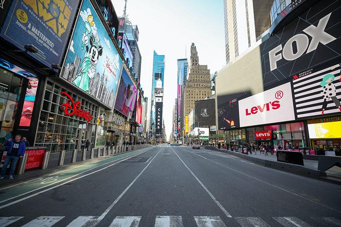 Covid-19 đang khiến cuộc sống trên toàn thế giới đảo lộn, đặc biệt là ở những ngày phố trung tâm tài chính,kinh tế và du lịch. Không chỉ ở châu Á hay châu Âu - những nơi chịu sự hoành hành của căn bệnh viêm phổi mới, các thành phố ở Mỹ như New York đang cũng trải qua những ngày ảm đạm chưa từng thấy.