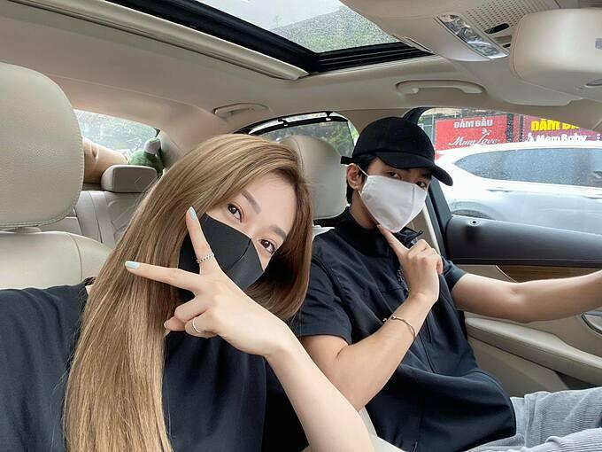 Á hậu Phương Nga và bạn trai diễn viên Bình An diện áo đôi, khẩu trang kín mít khi hẹn hò.