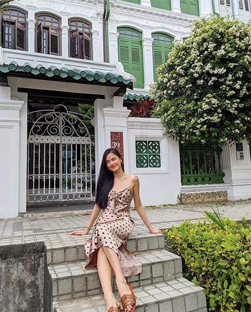 Nếu yêu phong cách thời trang phảng phất phong cách retro thì các nàng có thể tham khảo mẫu váy chấm bi của Tuyết Lan.