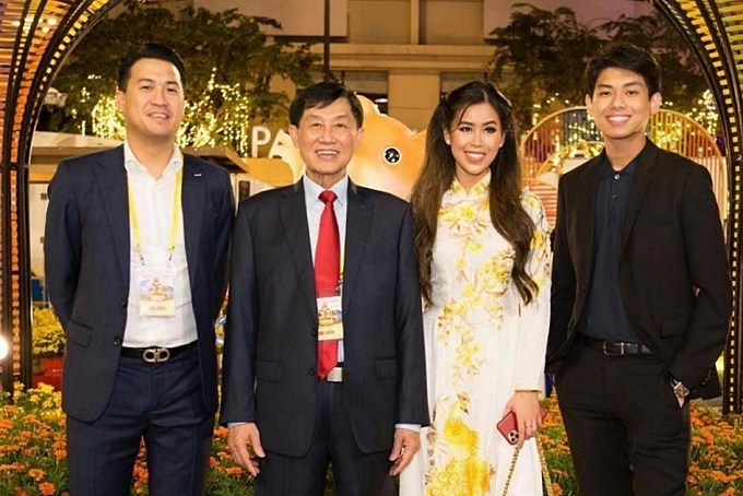 Tiên Nguyễn bên cạnh bố - doanh nhân