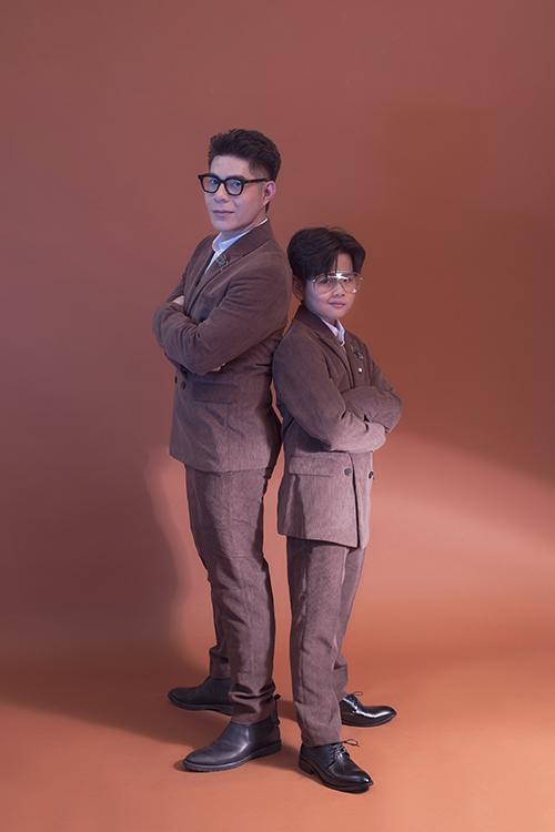 Đạo diễn Nguyễn Hưng Phúc cùng trò cưng khoe dáng với suit thanh lịch. Dù ở style nào, mẫu nhí Phong Vinh luôn nắm bắt tốt ý tưởng và có cách diễn xuất phù hợp.