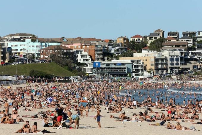 Đám đông đi biển vào thứ 6 tuần trước, bất chấp đe dọa sự lây lan của Covid-19. Ảnh AAP