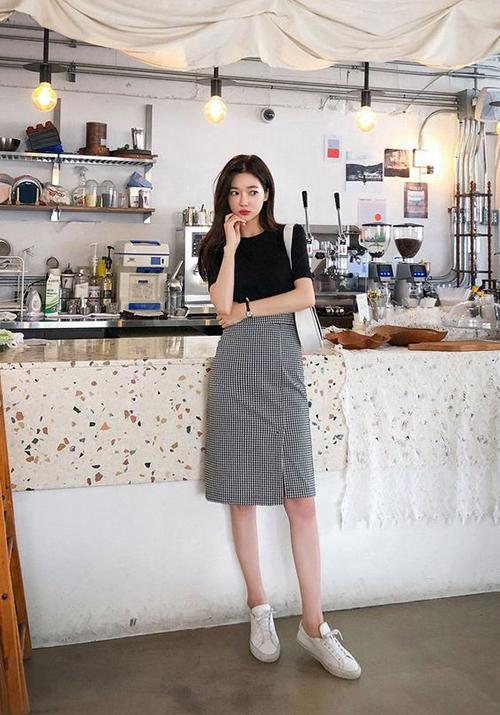 Set dồ 2 trong 1 với áo thun đen, chan váy xẻ, gìày đế bệt và túi cặp náchcó thể sử dụng đến văn phòng và chưng diện khi dạo phố.