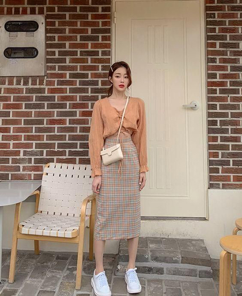 Chân váy bút chì được cắt may trên các chất liệu vải cotton, hoạ tiết ca rô mang lại phong cách trẻ trung cho phái đẹp.