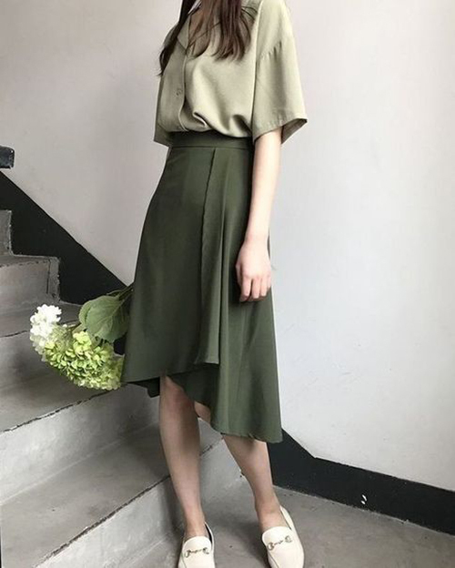Để mang tới làn gió tươi mới và khiến tủ đồ của chị em thêm phong phú, các nhà mốt luôn khéo léo thể hiện sự biến tấu trên các kiểu váy midi.