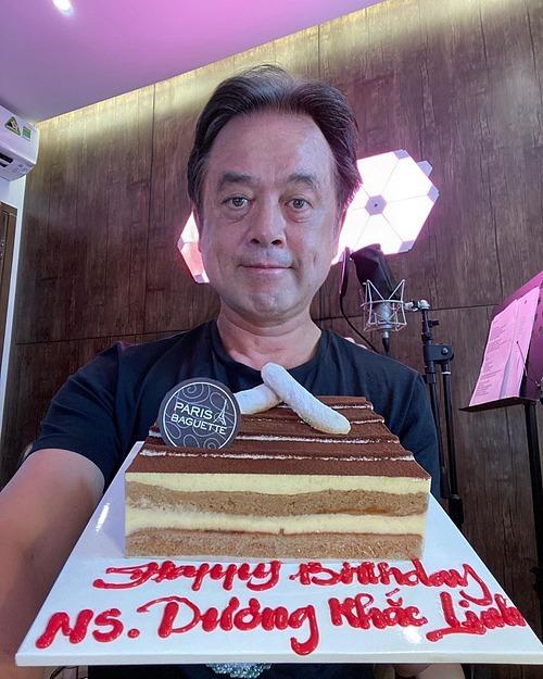 Nhạc sĩ Dương Khắc Linh đăng ảnh chúc mừng sinh nhật bản thân và chia sẻ: Happy birthday to me. 40 tuổi rồi. Nghe thấy sợ quá. Năm nay không dám làm sinh nhật vì sợ cái con corona ghé chơi. Thôi, cũng già rồi. Làm sinh nhật gì nữa. Năm nay không cần quà, chỉ mong hết corona thôi.