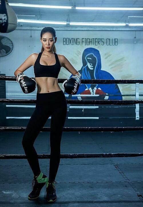Hoa hậu Khánh Vân khỏe khoắn những không kém phần sexy trong trang phục boxing.