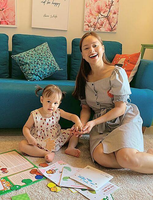 Diễn viên Lan Phương chơi đùa cùng con gái.