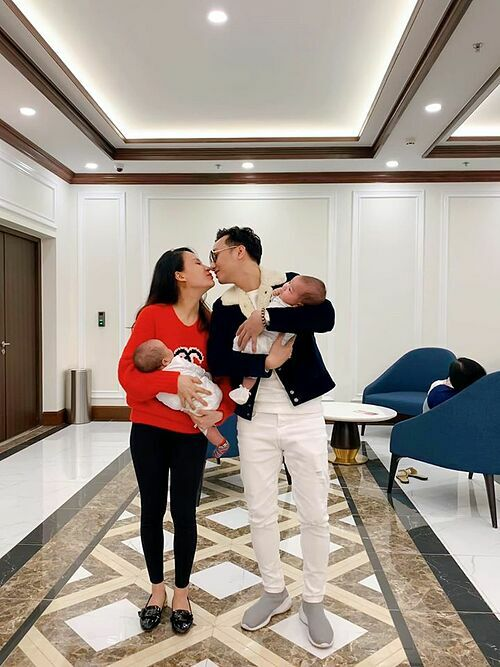 Đăng ảnh bên vợ và hai con song sinh, MC Thành Trung viết: Bạn đã biết hạnh phúc của mình là gì chưa? Còn đây là hạnh phúc là của tôi.