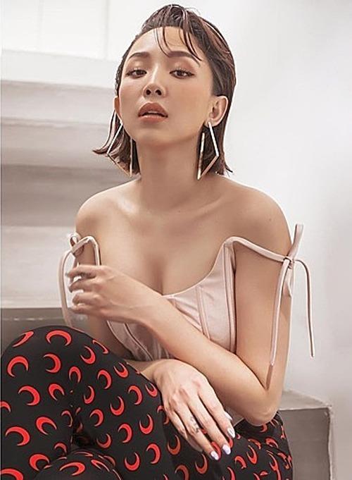 Tóc Tiên gợi cảm với áo mặc trễ nải.