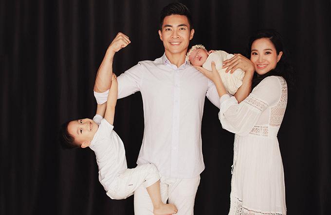 Bé Bắp hơn 3 tuổi thích làm xiếc cùng bố. Nhóc tỳ tỏ ra hào hứng khi có em gái, được lên chức anh hai.