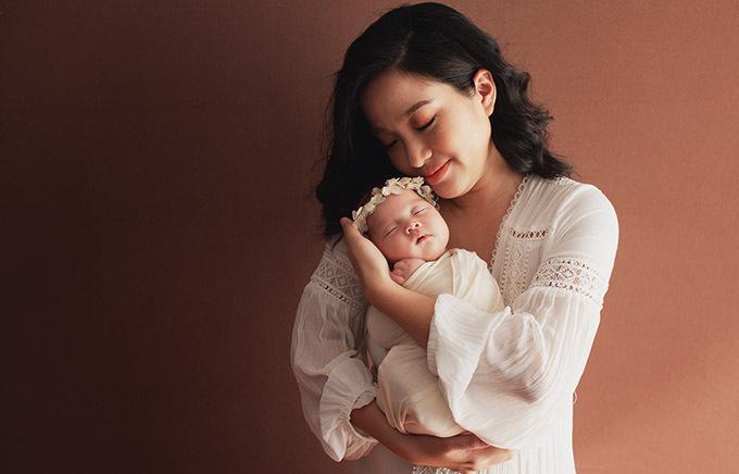 Sức khoẻ của Hồng Phượng đã hoàn toàn hồi phục sau ca sinh mổ 1 tháng trước. Cô đang trải qua những ngày làm mẹ bỉm sữa bận rộn, vất vả nhưng đầy niềm vui.