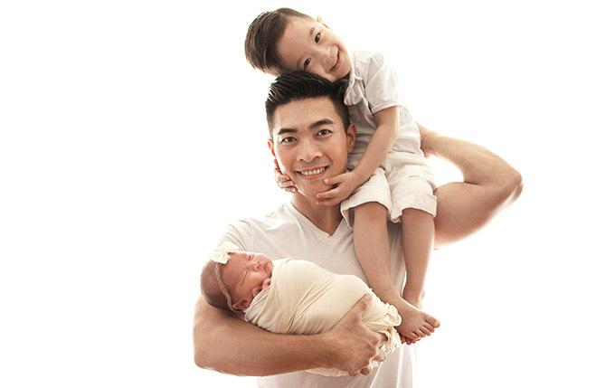 Những ngày này hoàng tử xiếc ngưng mọi show diễn để ở nhà chăm sóc vợ và hai con. Anh thích chơi đùavà dạy bé Bắp những động tác xiếc đơn giản.