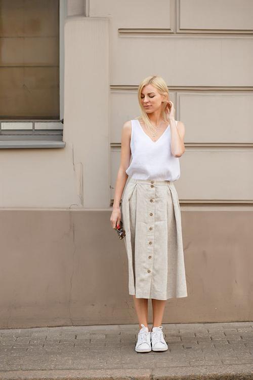 Trang phục free size được thể hiện phong phú qua các mẫu áo sệ vai, áo sát nách và những kiểuchân váy dài qua gối.