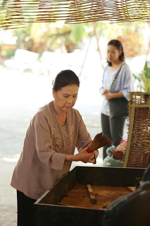 Ngoài diễn viên Hồng Ánh, MV còn có sự tham gia của các diễn viên gạo cội như NSND Kim Xuân, NSƯT Lê Thiện, Mai Điền, Hồng Kim Anh, bé Thảo My.