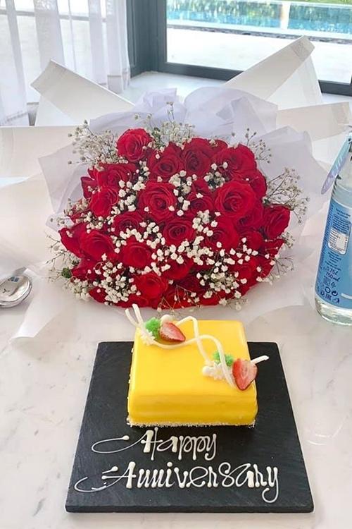 Tiến Vũ chuẩn bị hoa hồng và bánh tặng bạn gái.