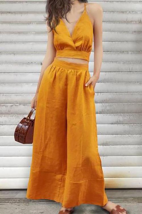Áo crop-top, áo hai dây mặc kèm các mẫu quần suông ống rộng là trang phục dành chonhững nàng yêu phong cách gợi cảm.