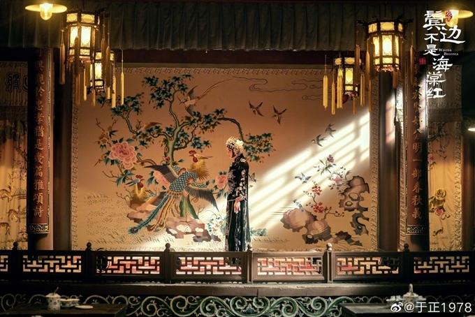 Thủy Vân lâu - nơi biểu diễn kinh kịch trong phim có kiến trúc được tham khảo phong cách nhà truyền thống của người Bắc Kinh. Đoàn phim mời một nghệ sĩ kinh kịch 90 tuổi làm cố vấn cho các cảnh phim dàn dựng về môn nghệ thuật này.