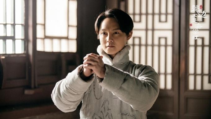 Nam chính thứ hai của phim là Doãn Chính (vai kép hát kinh kịch) lại thường xuất hiện với các bộ đồ màu xám, đen.
