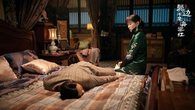 Phòng ngủ được trang hoàng phù hợp với cá tính của nhân vật.