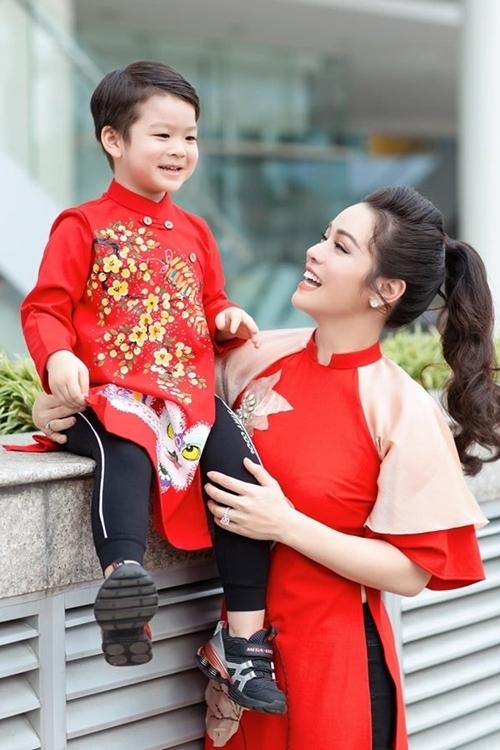 Nhật Kim Anh bên con trai dịp trước Tết.
