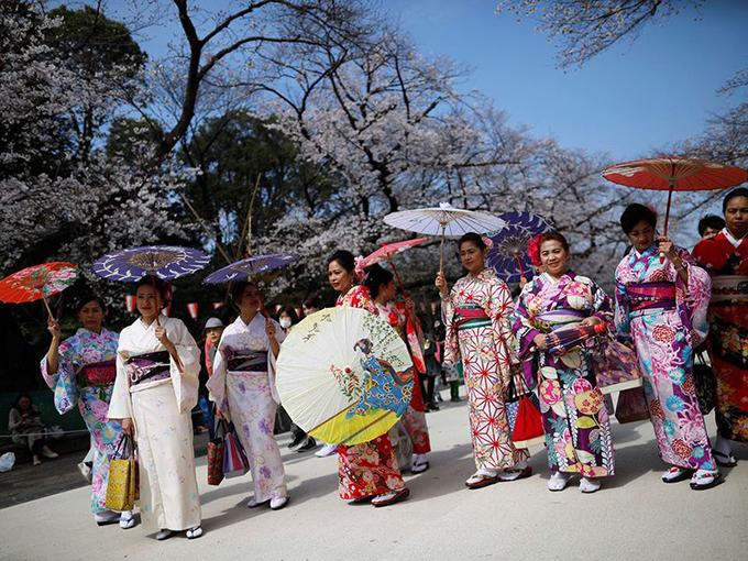 Tại một địa điểm nổi tiếng khác, công viên Chidorigafuchi và con đường đi bộ quanh đó cũng đón hàng nghìn lượt khách vào hôm chủ nhật, nhiều người trong số họ vẫn tổ chức ăn uống và không đeo mặt nạ, bất chấp các biển báo cấm ăn uống để tránh lây lan Covid-19.