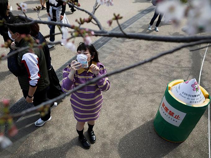 Loa phóng thanh trong công viên Ueno liên tục phát đi thông báo cấm tụ tập ăn uống. Dưới đất, ban quản lý công viên cũng dựng nhiều biển báo khuyến cáo người dân không tổ chức tiệc tùng.