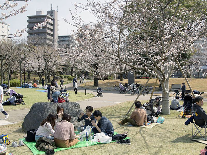 Các nhóm nhỏ tụ tập ăn uống trong các công viên, khoảng cách ngồi khá sát nhau. Đây là điều kiện để virus nCoV dễ lây lan trong cộng đồng.