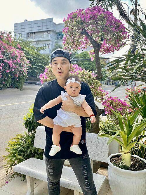 Ưng Hoàng Phúc pose hình cùng con gái cưng.