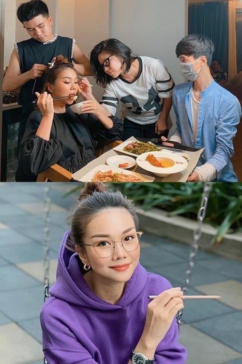 Thanh Hằng vẫn bận rộn với lịch trình nhiều công việc trong mùa dịch (ảnh trên). Song nếu không phải đi làm, cô ở nhà