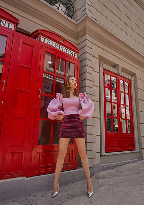 Áo trễ vai dành cho mùa mới được Yến Trang chăm chút ở phần bèo nhún trên vai áo, tay bồng điệu đà. Kiểu áo gợi cảm này dễ mix cùng chân váy ngắn để đi tiệc nhẹ và cafe cùng bạn bè.