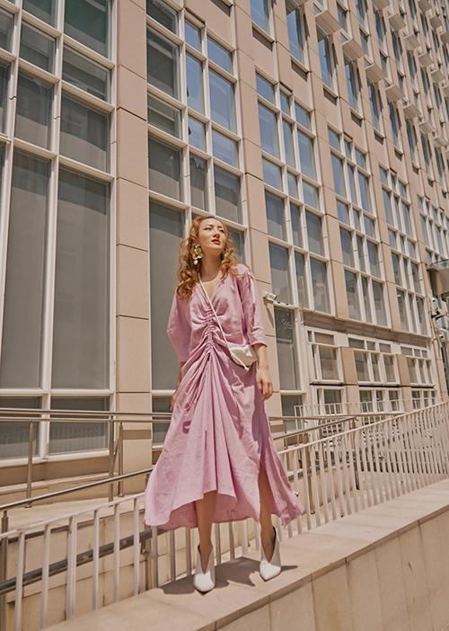 Đầm maxi cho mùa nắng được trang trí dây rút mang tới sự độc đáo, phá cách và mới mẻ cho trang phục dạo phố, đi du lịch biển.