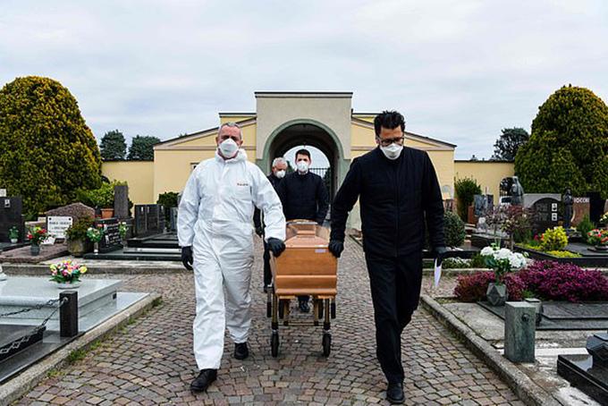 Một thi thể nạn nhân Covid-19 được chuyển vào nghĩa trang tỉnh Bergamo, Italy. Ảnh: AFP.