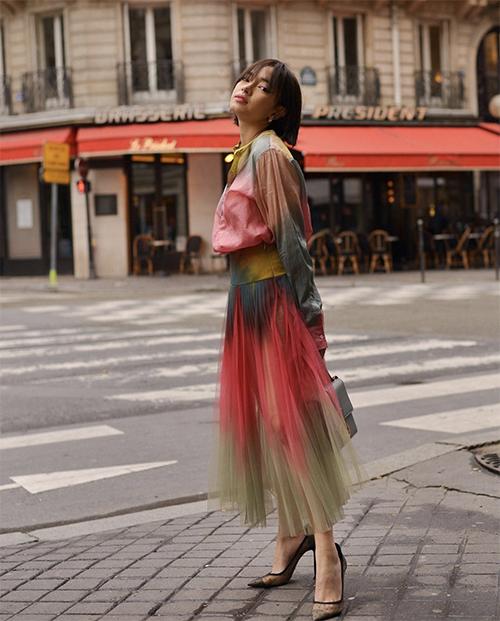 Châu Bùi nổi bật trên phố với bộ trang phục 7 sắc cầu vồng. Kiểu dáng váy áo đơn giản nhưng chính tông màu ấn tượn đã giúp fashionista cuốn hút hơn.