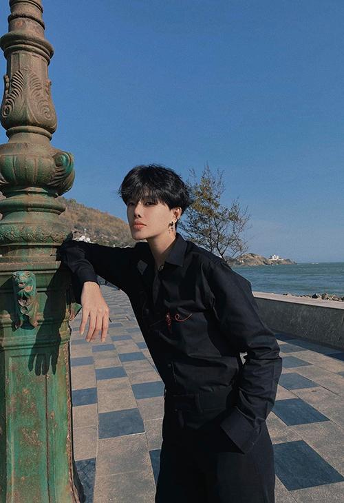 Người mẫu Hà Kino thể hiện dấu ấn riêng khi mix đồ street style theo phong cách menswear.