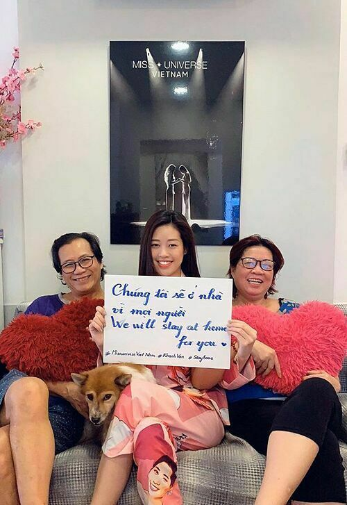 Hoa hậu Khánh Vân quây quần bên bố mẹ những ngày này vì mọi người.