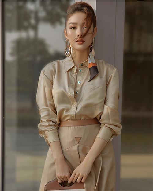 Bên cạnh các mẫu áo crop-top hợp với mùa nắng, trang phục kín cổng cao tường cũng được Minh Hằng và nhiều người đẹp lăng xê ở đầu mùa hè 2020.