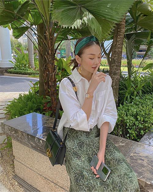Cùng với túi Dior sang chảnh, phụ kiện băng đô nhung vẫn được Thanh Hằng yêu thích và mix-match ăn ý cùng sắc màu trang phục.